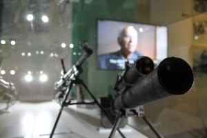 BOOM! Machinegeweer en granaatwerper in het Museum van de Warschause Opstand