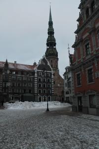 De ruim 100 meter hoge kerktoren van de Peterskerk