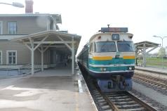 De trein naar Valga staat klaar aan het perron in Tartu. Deze trein geeft in Valga aansluiting op de trein naar Riga.