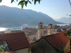Uitzicht vanaf de bovenste straatjes van Kotor