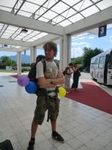 Het was mijn verjaardag, dus Antine had mijn backpack voorzien van ballonnen, tot grote lol van de bagagejongens
