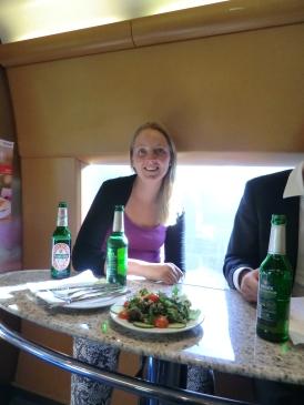 Even een hapje in de restauratie; geen tijd voor dinerpauze buiten de trein...