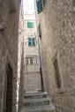 Nauwe straatjes en ramen voor de luiken: een warme mix tussen Italiaans en Kroatisch