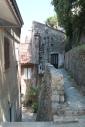Kleine, nauwe bovenstraatjes: het verschil tussen straat en tuin is bijna niet te zien.
