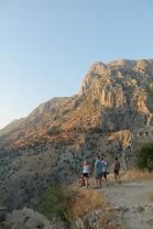De enorme rotswand (1000m) achter Kotor in het laatste zonlicht van de dag.