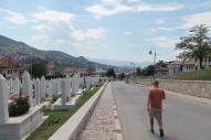 De helling van het hostel naar de stad loopt dwars door begraafplaatsen