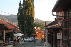 De weg van de Baščaršija de heuvel op