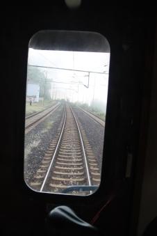 Uitzicht uit het achterraam van de trein: mist in de heuvels achter Sarajevo