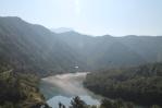 Uitzicht vanuit de trein: de ochtendmist drijft nog op het water