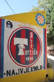 Bijna geen graffiti meer te noemen: overal vind je steunbetuigingen aan de lokale voetbalclub.