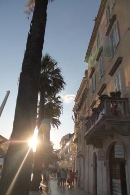 Laatste blik op de boulevard van Split: even snel een Palacinke (pannenkoek) halen en van de laatste zonnestralen genieten